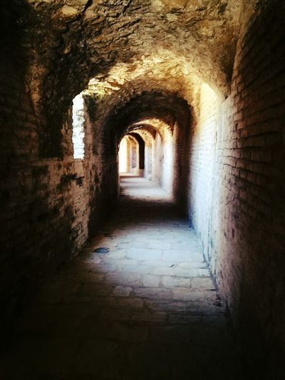 túnel Gamesofthrones Dark Shadow Shadows & Lights Sinnister Architecture Arch Built Structure Indoors  Day The Way Forward Corridor Tunnel No People History Indoors  Old Ruin Ancient Civilization