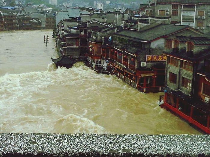 凤凰古城涨了大水?