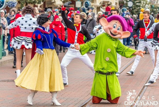 Disney Dopey Disneyland Paris Large Group Of People Crowd Togetherness Boys Men Outdoors Day
