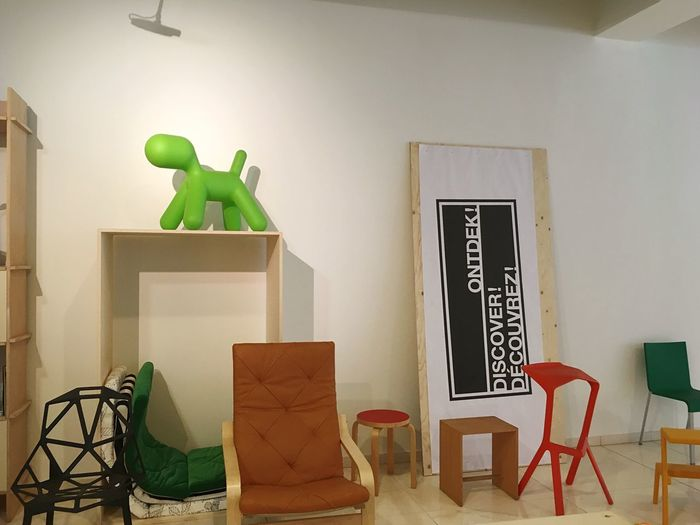 Lieblingsteil Chair Indoors  No People Green Color Home Interior Clock Day Everything In Its Place Design Ontwerp Front View Seat Lamp Light Green Color Wood Designing Ordinary  No Filter No People, Nature Blurry Background Street Art