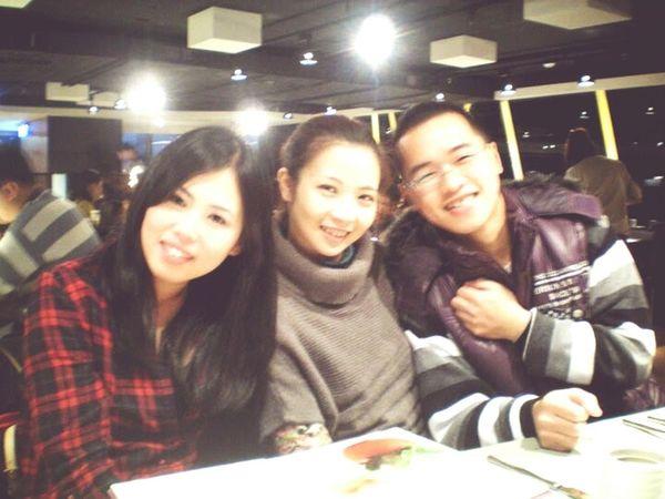 THESE Are My Friends My Bestfriends ❤ 好久違的照片了~想當年,我還是單身貴族,琴也是新婚不久,威則是光棍一個。今年卻都有各自的家庭和小孩陪伴了,唯一不變的還是威……