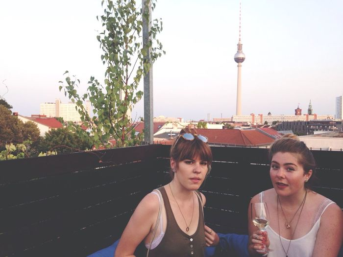 Hanging Out Cocktails Strike A Pose! Vogue Relaxing Girls Cityscapes Roof Enjoying The View