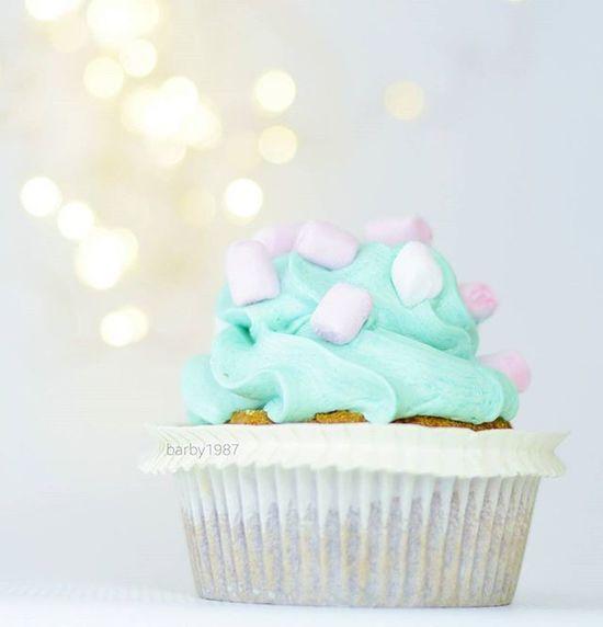 Mein neuer Lieblings Cupcake 😍😍😍 Oh gott war der lecker Unser neuer Bäcker macht die tollsten Sachen 🙈 Bubblegumcupcake Cupcake Yummi Malkeinenägel