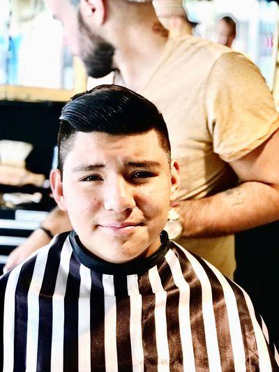 En la barbería Shop Hard. Cebra Guapo Joven El Padrino Hipster Corte De Cabello Barberia