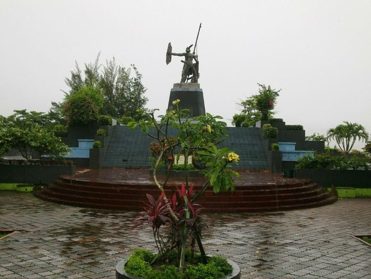 ..symbolizing the courage of the people of Balikpapan in defending freedom, independence of INDONESIA. Monument Monpera