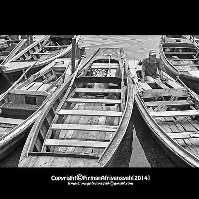 Transportasi Traditional yang bernama sampan ciau ini masih digunakan oleh warga masyarakat di kota Tanjungpinang , mereka mangkal di pelantar-pelantar yang ada di kota tsb. Blackandwhitephoto Bw_indonesia Artphoto_bw Insta_bnw Bnw_globe Bw Bnw_worlwide Bestshooter_bw Insta_bnw Bw_photooftheday Monochrome Wonderfullkepri Humanityphotography People Humaninterestphotography Wonderfulindonesia IndonesiaOnly Indonesia_photography Ig_nesia Photooftheday Thephotosociety Tanjungpinangphoto