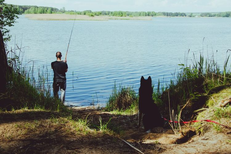 Wędkarzy dwóch ❤ Wędkarstwo Husky Syberianhuskey Freetime Photos Water Tree Full Length Men Standing Lake Sky