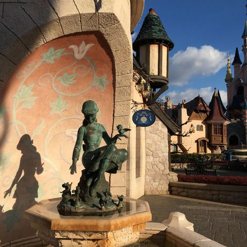 Brunnenfigur Disneyland Disneyland Paris Brunnen IZoOoM No People Schatten Sculpture Shadow Statue Travel Destinations