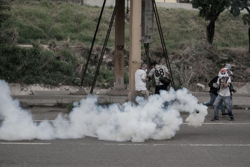 Venezolanos de la oposición se enfrentan a la policía, llevan 79 días de protestas en contra del gonierno de ese país. Esta foto fue tomado durante una protesta contra la policía en la ciudad capital de ese país. Crisis Demonstrators Police Protest Protesters The Photojournalist - 2017 EyeEm Awards