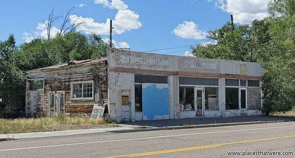 Abandoned Storefronts in Circleville, Utah. More here: http://www.placesthatwere.com/2016/05/abandoned-buildings-in-circleville-utah.html Abandoned Abandonedplaces Utah AbandonedplacesinUtah Abandonedutah Circleville Circlevilleutah Butchcassidy Urbanexploration Utahghosttowns
