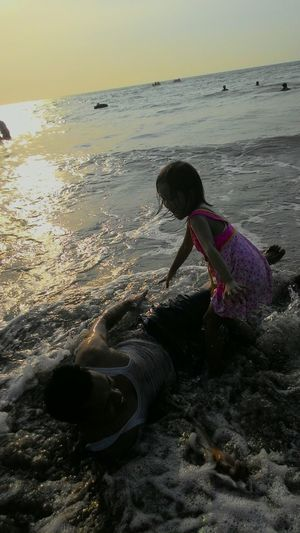 Enji plays with her young dady while the day's lil bit hot enough in holiday time. They look so happy each other. Enji Herfather Play Beach Hot Happy @Anyer West Java