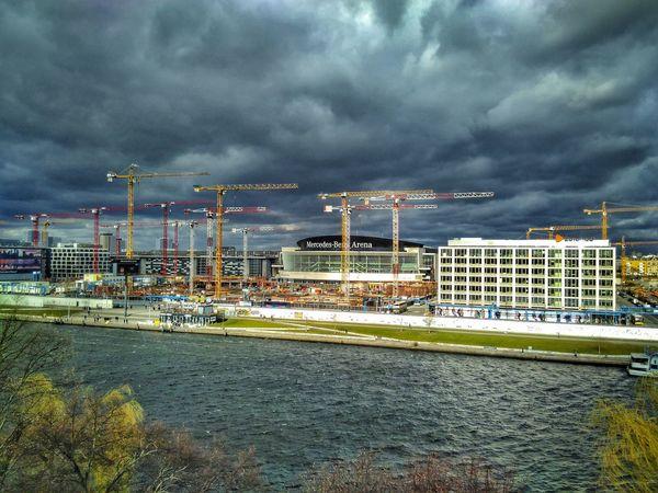 Bei Sturm drehen sich alle Krähne in den Wind | In storm, all the cranes turn into the wind | Cloud - Sky Sky Strorm Storm Clouds Crane Cranespotting Symmetry Spree Kreuzberg Friedrichshain Berlin East Side Gallery