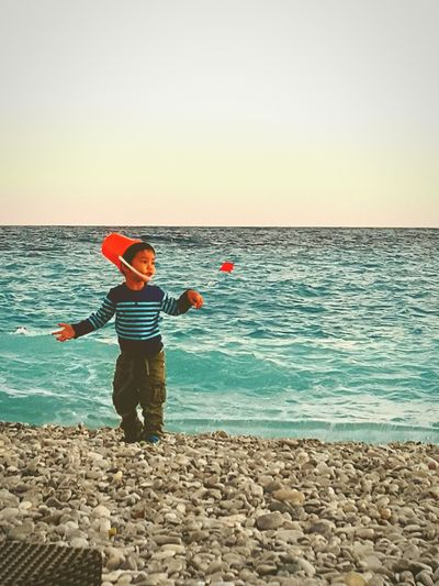 France Nice Beach Sunset Children OpenEdit Travel 석양 앞, 끊임없이 재잘거리던 그 아이에겐 이 바다가 어떤 기억으로 남을까?