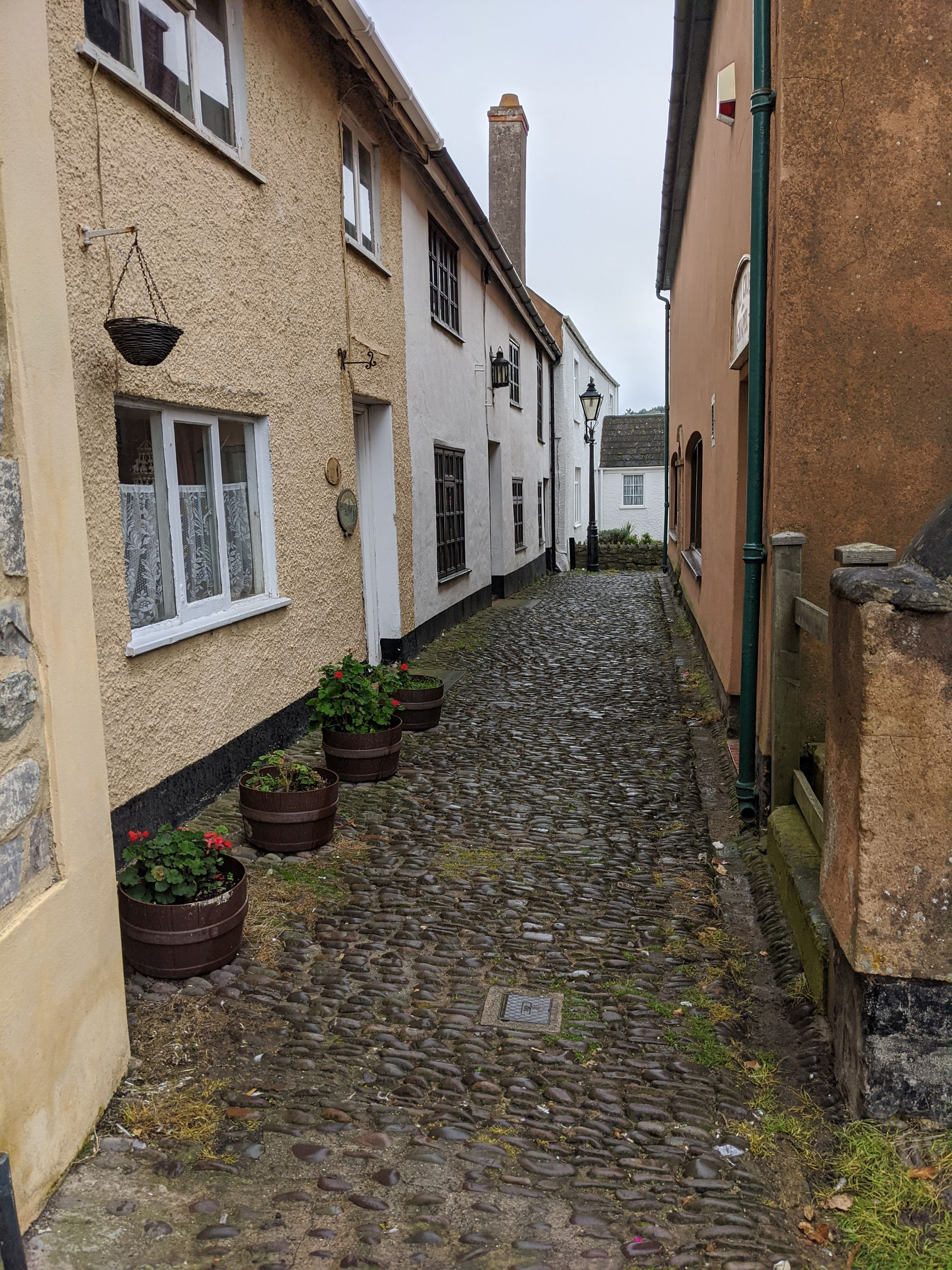 NARROW STREET BETWEEN BUILDINGS
