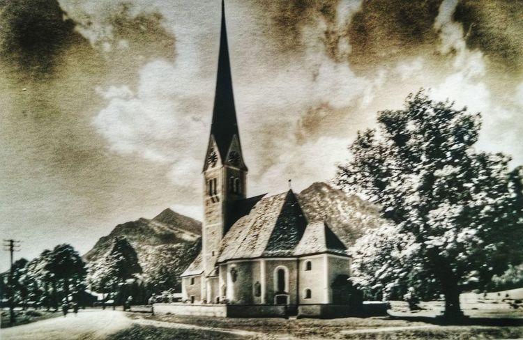 Eine Kirche will die Welt erobern. God Church World Nature Old Fashion Black White Germany