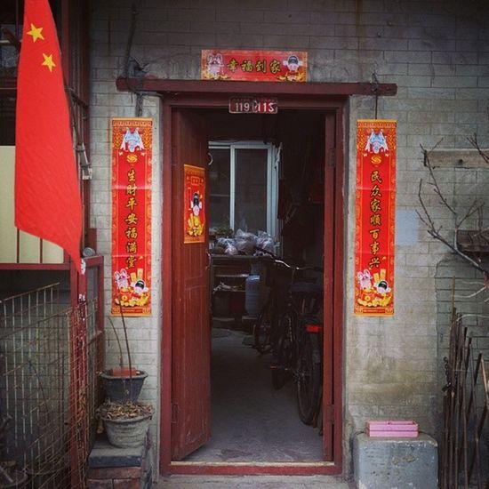 胡同门前,老北京哈。