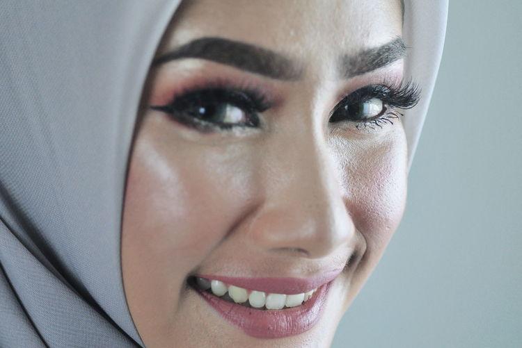 Hijab Hijabstyle  Hijabfashion Hijabbeauty Girl Young Women Portrait Human Eye Beautiful Woman Eyelash Beauty Human Face Looking At Camera Headshot Women Eye Make-up Mascara Blush - Make-up Pink Lipstick  Make-up Make-up Brush International Women's Day 2019