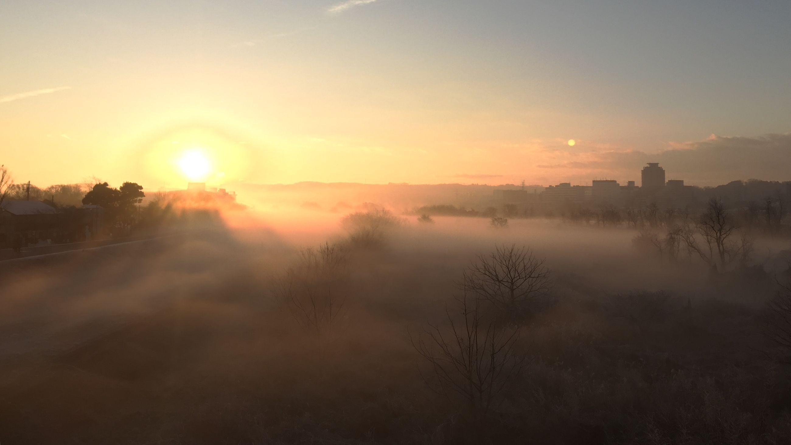 tranquil scene, sunset, scenics, tranquility, beauty in nature, landscape, fog, sun, sky, nature, lake, idyllic, foggy, reflection, tree, mountain, water, non-urban scene, sunbeam, sunlight