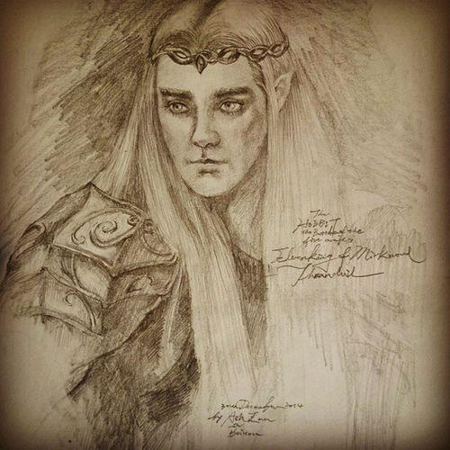 《精靈王,瑟蘭督伊。》 妖美又充滿權力的男人,神采飄逸靈氣逼人,畫起來超不順手(朕乏了)。剛才用臉書上傳發現解析度大失真,所以用Instergram改成復古風再來一次。 Elvenking Thranduil  Fanwork Portrait Hobbit_battle_of_five_armies