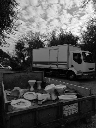 Tree No People Day Sky Sky And Clouds Truck Noiretblanc Noir Et Blanc Ciel Ciel Et Nuages Arbres Camion Benne Déchets Recyclage Étrange Wc