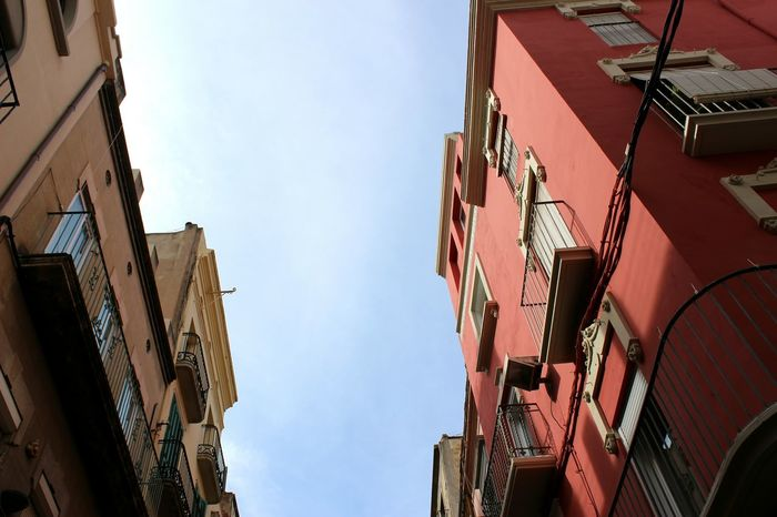 Low Angle View España Dalí Rouge Immeuble Residential Building Sky Hanging