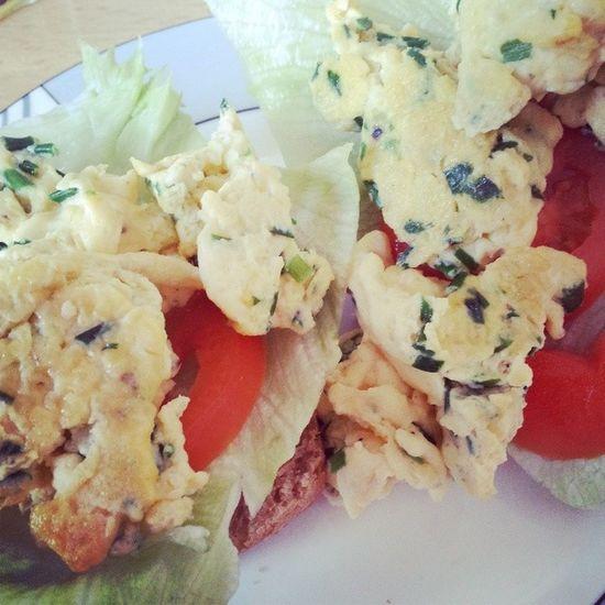 FR ühstück R ührei auf BR ötchen mit Tomate und Salat allen ein schönes Wochenende!! :-*