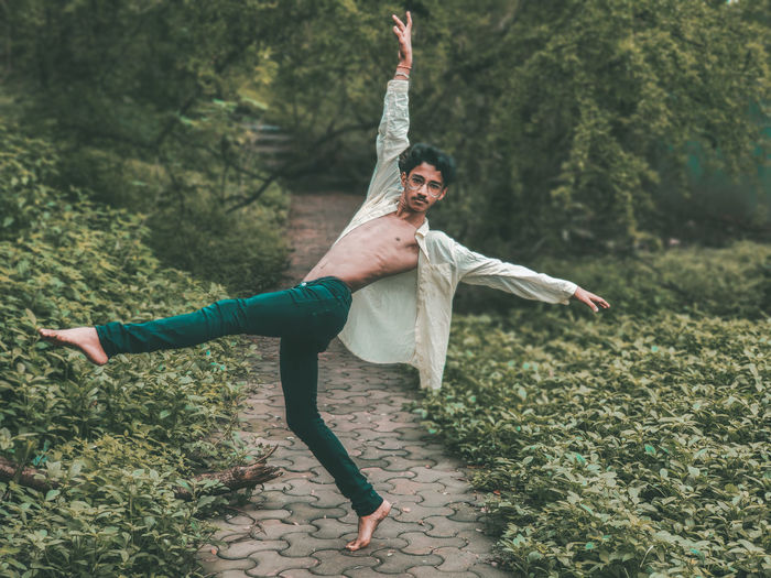 Contemporary dance on spreading oneself in all directions