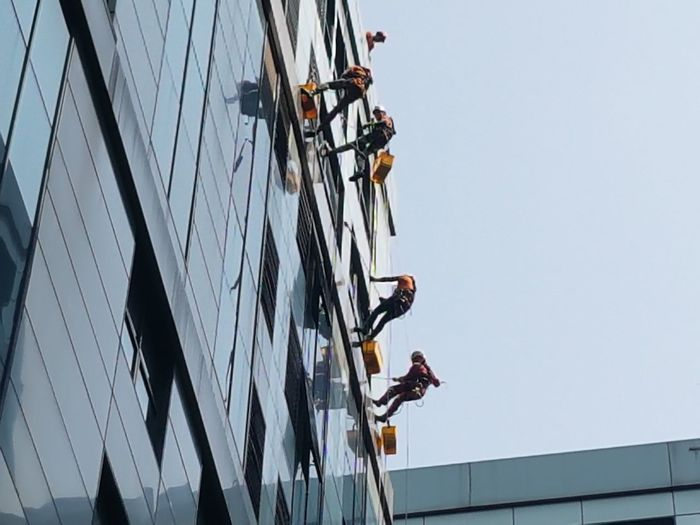 Building Cleaners, Windowscleaner, Gebäudereinigung, Fensterputzer Building Cleaning Manual Worker Skill  RISK Men Teamwork Togetherness Full Length Occupation Danger Sky Safety Harness Climbing Equipment Climbing Climbing Rope