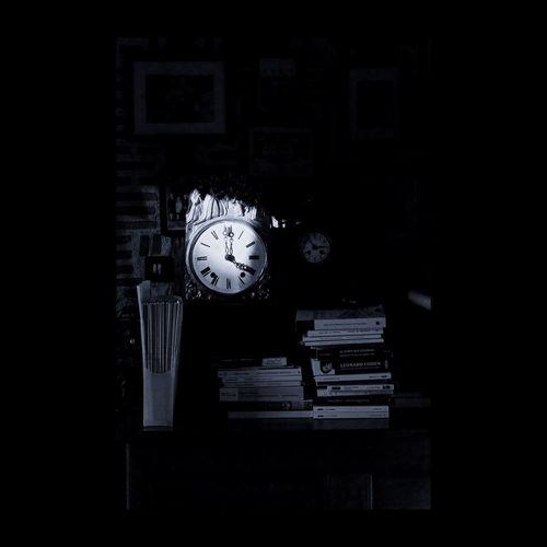 Guillaume Apollinaire : << Vienne la nuit sonne l'heure Les jours s'en vont je demeure >> EyeEmbestshots EyeEm Best Shots EyeEmBestPics Clock Horloges Blackandwhite EyeEm Best Edits Black And White Monochrome Darkness And Light