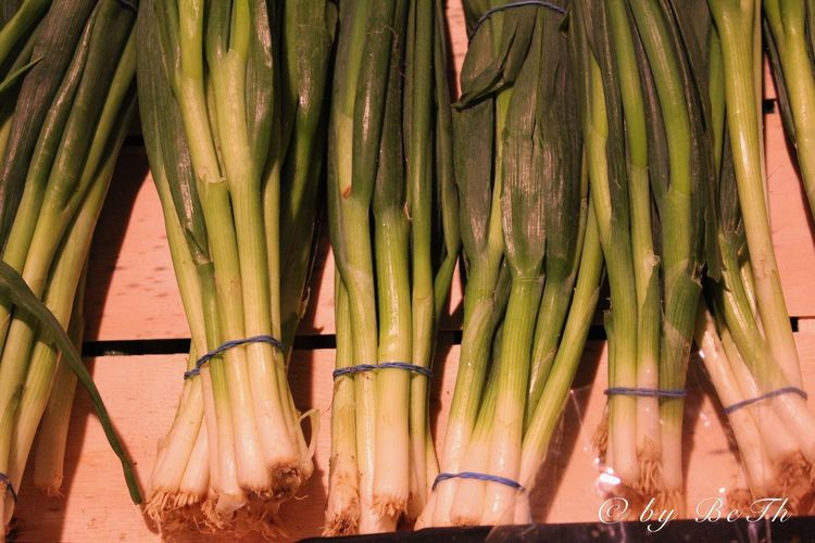 Frühlingszwiebeln Vegetable Food And Drink Abundance For Sale Food Large Group Of Objects Healthy Eating Freshness No People Day Market Green Color Retail  Close-up Outdoors