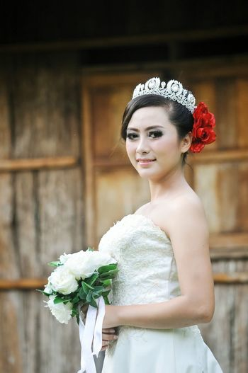 Close-up of bride with rose bouquet
