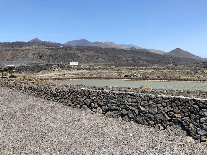 Panoramablick über La Palma Salzgewinnungsanlage Sky Mountain Tranquility Landscape Environment Tranquil Scene Nature Scenics - Nature No People Day Beauty In Nature Land Copy Space Clear Sky Mountain Range Blue Non-urban Scene Solid Rock Sunlight Outdoors Stone Wall Arid Climate