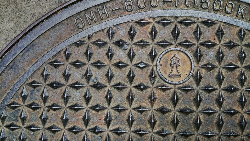 静岡浅間神社にあったマンホール。 Manhole  in Sizuoka Sengen Shrine. マンホール蓋 Manhole Lids On The Road Geometry Simplicity Textures And Surfaces at Shizuoka-shi, Japan.