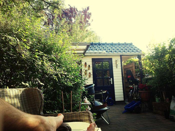 lekker thuis onder veranda van het mooie weer aan het genieten