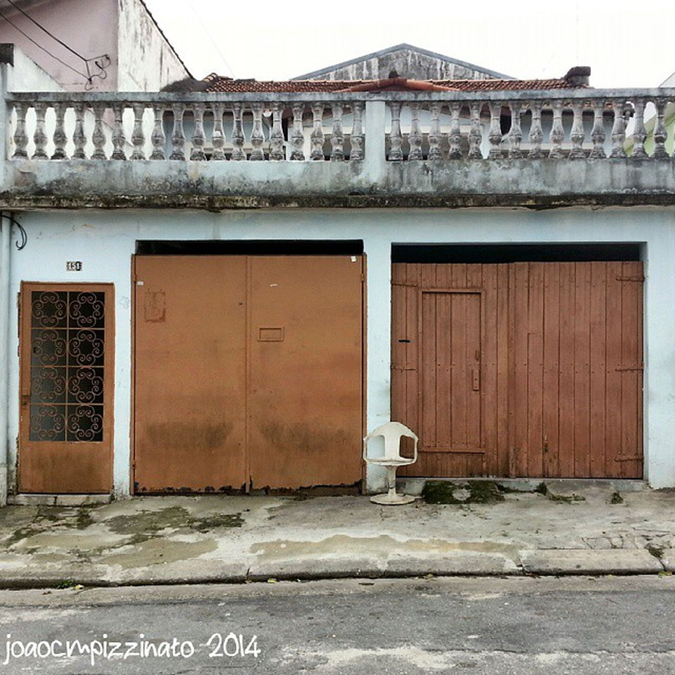 building exterior, architecture, built structure, door, entrance, closed, house, window, facade, text, residential structure, building, residential building, outdoors, day, old, wall - building feature, gate, exterior, city