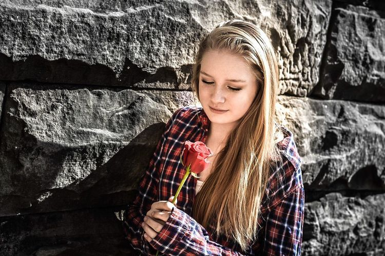 Young Love Blond Hair One Person Beauty Beautiful Woman Cheerful Happiness Real People Smiling Portrait Young Women Nature Teenager Beautiful Mcconnells Mill State Park Elégance Style Love Young Love Roses Red Rose Pondering