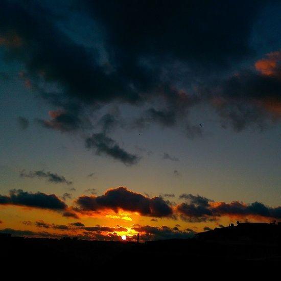 Renk armonisi... Yine evden Gunbatimi serisi yapiyoruz... Istanbul Sunset Sky skyporn cloud blue light gokyuzu manzara nature hdr color hd