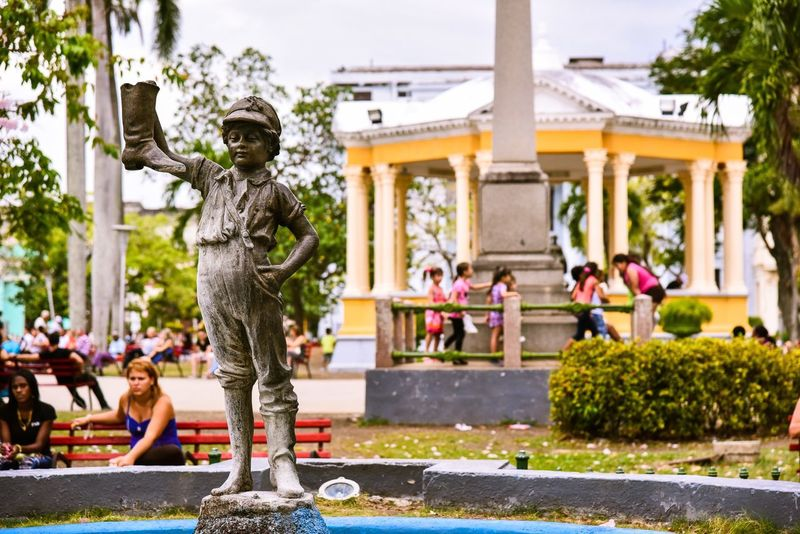 Outdoors Day Statue Sculpture Large Group Of People Building Exterior Water Tree Architecture People City Adult Santa Clara Cuba Cuba