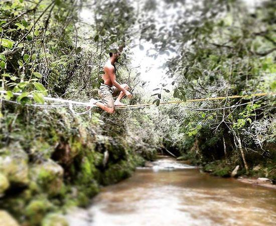 Ainda sobre o final de semana, show de bola!!!! water - midiline em tocos do moji!!! Via do poção. Slacklife Slackline Slackvida Equilibrionavida Canaloff Slacker Vcnooff Cachu Tocosdomoji Minasgerais Turismomg Trilhas Nature Brasil