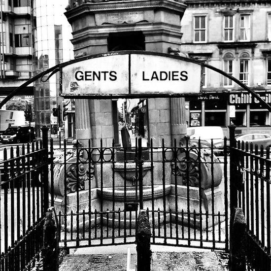 Gents Ladies Toilett Oldschool Glasgow UK unitedkingdom bw blackandwhite Berlin Urlaub vacation love Hipstermaedchen