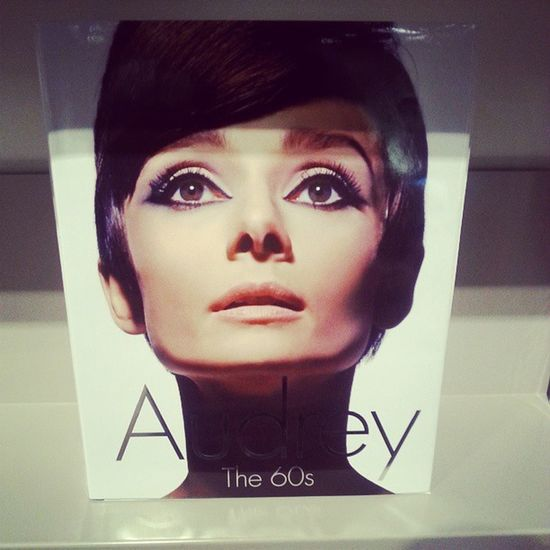 @leeshelliott your're the only one who shares my obsession for her Audreyhepburn The60s Loveher Someonebuymethis indigobooks