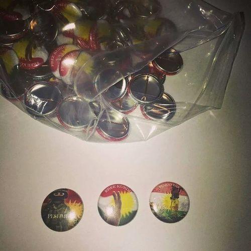 ئەم باجانە لەلایەن چەند ھاوڕێیەکەوە دروست کراوە لە سوید، وە بە ٢ دۆلار ئەفرۆشنەوە و ئەو پارەیەی کۆی ئەکەنەوە ئەينێرنەوە بۆ کوردستان بدرێت بە پێویستی ئاوارەکانی شنگال و کۆبانێ! ئەگەر ئەتانەوێ ھاوکارییان بکەن و باجەکان بکڕن پەیوەندی بکەن بە یەکێک لەم دو ھاوڕێیەوە لە رێگەی کیکەوە:These Peshmerge and Kurdistan badges are made to raise donations for Shingal and Kobane refugees in Kurdistan. They're for 2$ each and shipped worldwide! Contact one of these kik contacts to purchase your badge and help Kurdistan..Oh and don't forget to repost 💕