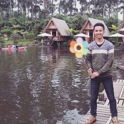 Kesekian kalinya main ke kawasan Dusun Bambu. Suka banget sama arsitektur dan tata letak dekorasinya. Ga nyangka sebelumnya, bahwa semua wahana seperti sawah, sungai, air terjun, rumah pohon hingga danau adalah buatan dan bukan alami.. JarambahBandung DiBawahLangitBandung Yg motoin & kolecer pinjeman dari : Ibu @jjheo Lokasi : Dusun Bambu Leisure Park, Lembang, Jawa Barat.