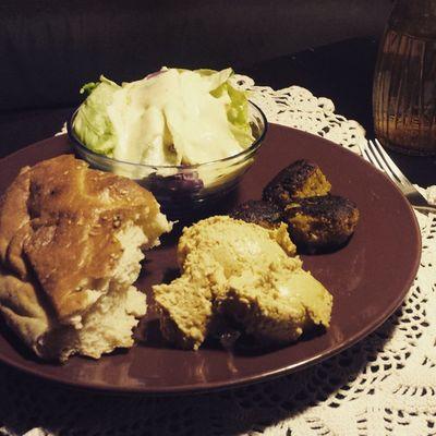 Omnomnomnomnomnom! Hummus, Falafel, Salat mit Yofu Sauce, Fladenbrot. Foodporn Vegan