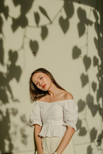 Hwee Composition Girl Light Light And Shadow One Person Portrait Wall - Building Feature Standing Young Adult Looking At Camera Lifestyles Young Women Women Beauty Looking Beautiful Woman Contemplation