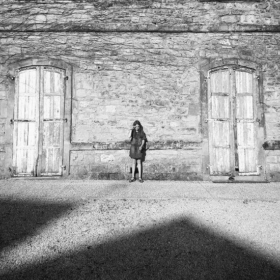 Fillette à la Cite Médiévale de Belvès Instaday Art Village Noiretblanc photooftheday photography igersfrance