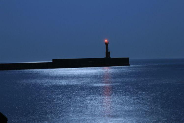 月明かり 海 灯台 水面反射