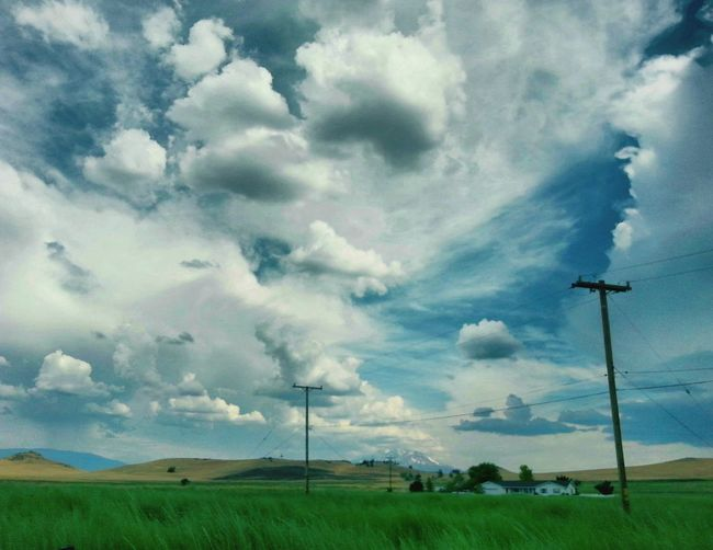 A grest photo of a awesome cloudy blue sky.