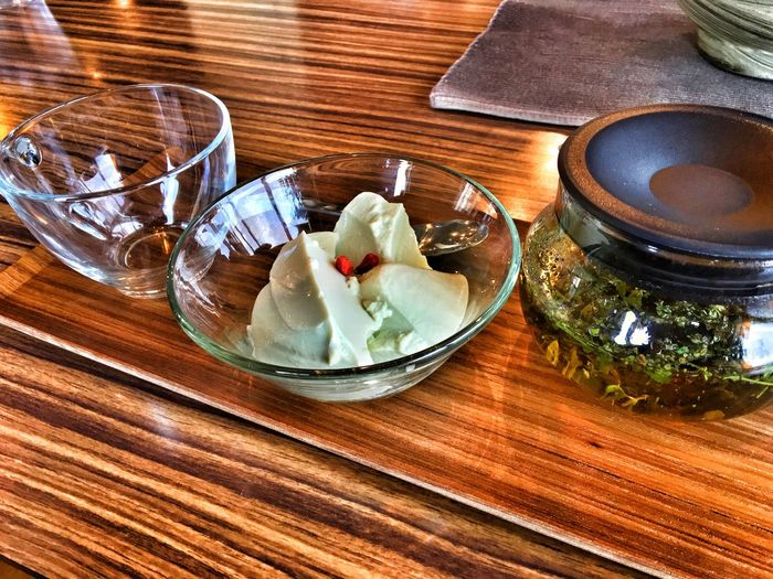 嘉手納基地と普天間基地の間のカフェで、沖縄のお茶と月桃の豆腐のスイーツを食す。