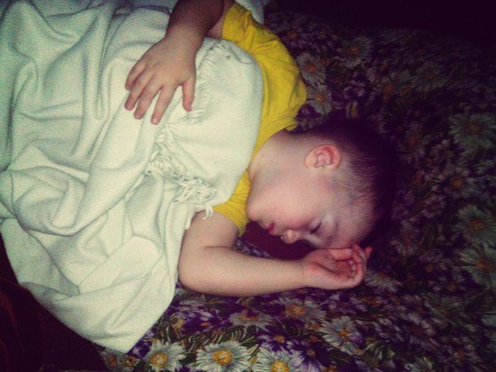 он офигенный, даже когда спит Walking Around